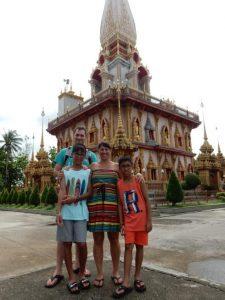 Devant le Chalong Temple à Phuket.